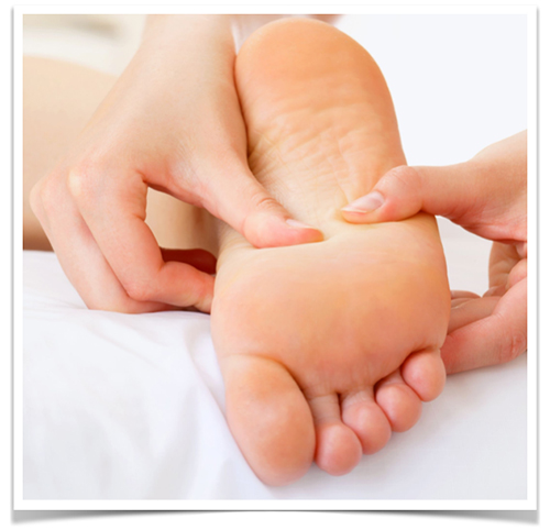 masajea la planta de los pies