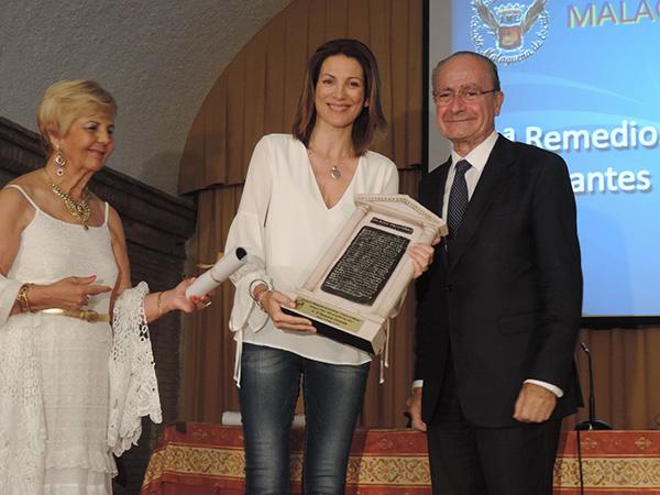 Recogiendo el Premio de manos de Francisco de la Torre, Alcalde de Málaga y la representante de AEM